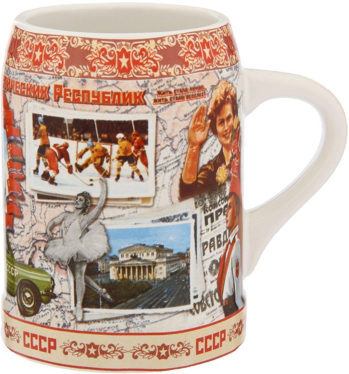 Кружка пивная СССР, 500 мл1090574Пейте пиво пенное! Сегодня кружка — это не просто предмет посуды. Это произведение искусства в разных его проявлениях и для разных целей. Например, любители пива знают наверняка, что хмельной напиток становится ещё вкусней, если пить его из любимого бокала. Кружка пивная СССР, 500 мл, керамика, деколь в оригинальном дизайне сделает посиделки с друзьями ещё душевнее и веселее. Она непременно понравится людям с хорошим чувством юмора. Изделие покрыто ярким авторским рисунком, что делает его по-настоящему уникальным. Удобная форма бокала, чуть суженная у края, оставит игривые пенные пузырьки внутри, сохранив вместе с ними аромат любимого напитка. Прекрасно подойдёт в качестве подарка друзьям или приятного дополнения к застолью в хорошей компании. Упаковано в картонную подарочную коробочку с прозрачным окном.
