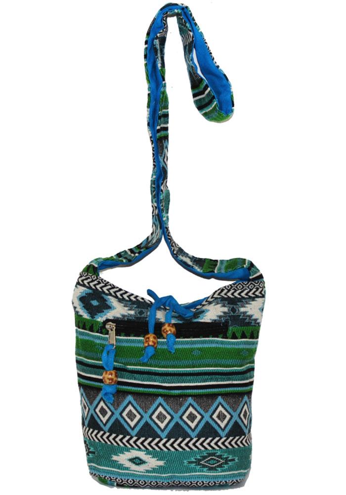 Сумка женская Ethnica, цвет: зеленый, голубой. 203150203150Женская сумка Ethnica изготовлена из текстиля. Дополнена модель широкой удобной лямкой и украшена тонкой вышивкой. Передняя стенка сумки оснащена втачным карманом на молнии. Застегивается изделие на застежку-молнию.