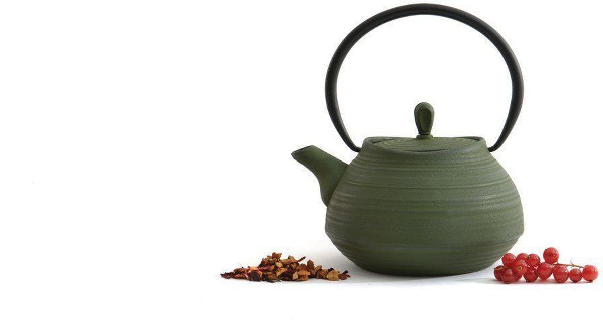 Чугунный чайник BergHOFF Studio, цвет: темно-зеленый, 1,1 л1107113Чайник Studio изготовлен из чугуна, благодаря которому сохраняет чай дольше горячим. Кроме того, благодаря равномерному распределению тепла в чугуне, улучшается натуральный вкус чайных листьев. Мелкосетчатый фильтр позволяет наслаждаться чаем без докучливых чаинок в Вашей чашке. Внутреннее покрытие из прочной эмали обеспечивает защиту от коррозии. Рекомендована ручная мойка. Упакован в подарочную коробку.