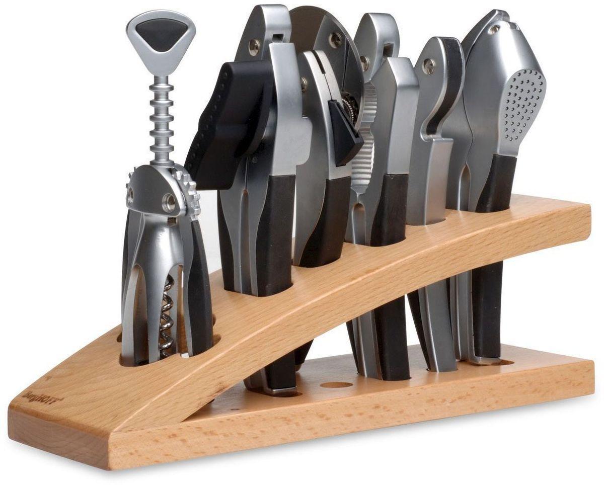 Набор принадлежностей для кухни и бара BergHOFF Squalo, 7 предметов1107363Набор принадлежностей для кухни и бара BergHOFF Squalo включает в себя орехокол, нож для пиццы, пресс для чеснока, открывалку, штопор, консервный ключ, деревянную подставку. Предметы набора изготовлены из высококачественной коррозионностойкой стали. Матовая полировка придает кухонным принадлежностям эстетичный вид. Удобные ручки снабжены резиновыми вставками. Стильная деревянная подставка позволит хранить предметы на рабочей поверхности и быть всегда под рукой. Надежные и удобные в использовании принадлежности для кухни BergHOFF Squalo пригодятся в каждом доме и станут замечательным и практичным подарком друзьям и близким. Длина открывалки: 17 см. Длина ножа для пиццы: 18,5 см. Диаметр лезвия ножа для пиццы: 7,5 см. Высота штопора: 19 см. Длина пресса для чеснока: 18 см. Длина консервного ключа: 18,5 см. Длина орехокола: 18 см. Размер подставки: 29 см х 9,5 см х 9 см.