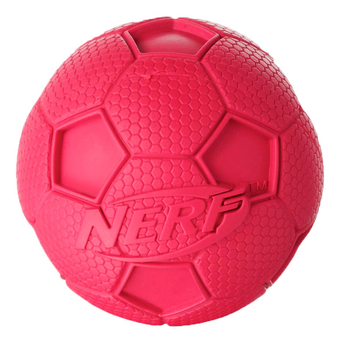 Игрушка для собак Nerf Мяч футбольный, пищащий, 6 см22187Мяч из сверхпрочной резины! Оптимален для игры с собакой дома и на свежем воздухе! Подходит собакам с самой мощной челюстью! Высококачественные прочные материалы, из которых изготовлена игрушка, обеспечивают долговечность использования! Звук мяча дополнительно увлекает собаку игрой! Яркие привлекательные цвета! Игрушки Nerf Dog представлены в различных сериях в зависимости от рисунка, фактуры и материала, из которого они изготовлены (резина, ТПР, нейлон, пластик, каучук). Размер: 6 см, S.
