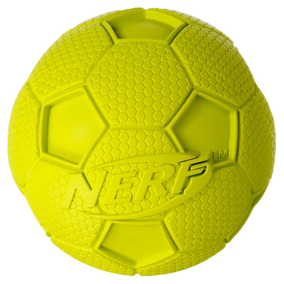 Игрушка для собак Nerf Мяч футбольный, пищащий, 10 см22200Мяч из сверхпрочной резины! Оптимален для игры с собакой дома и на свежем воздухе! Подходит собакам с самой мощной челюстью! Высококачественные прочные материалы, из которых изготовлена игрушка, обеспечивают долговечность использования! Звук мяча дополнительно увлекает собаку игрой! Яркие привлекательные цвета! Игрушки Nerf Dog представлены в различных сериях в зависимости от рисунка, фактуры и материала, из которого они изготовлены (резина, ТПР, нейлон, пластик, каучук). Размер: 10 см, L.