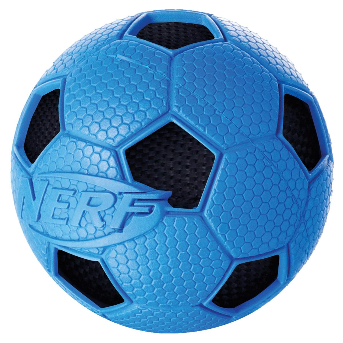 Игрушка для собак Nerf Мяч футбольный, диаметр 7,5 см22323Мяч с рельефным рисунком и нейлоновым хрустящим мячом внутри! Высококачественные прочные материалы, из которых изготовлена игрушка, обеспечивают долговечность использования! Звук мяча дополнительно увлекает собаку игрой! Яркие привлекательные цвета! Игрушки Nerf Dog представлены в различных сериях в зависимости от рисунка, фактуры и материала, из которого они изготовлены (резина, ТПР, нейлон, пластик, каучук). Размер: 7,5 см, M.