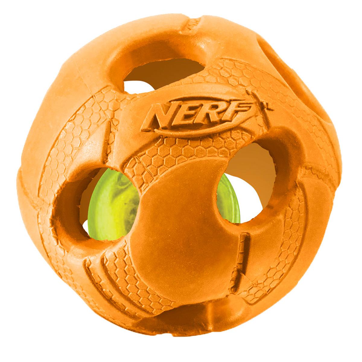 Игрушка для собак Nerf Мяч, светящийся, 9 см22620Мяч из двух словев прочной резины с отыверстиями и LED-лампой внутри! LED при ударе начинает мигать, что приводит собаку в восторг, вдохновляя на игру! Оптимально для игры в темное время суток! Подходит собакам с мощной челюстью! Интересный рельефный рисунок! Диаметр: 9 см, M.