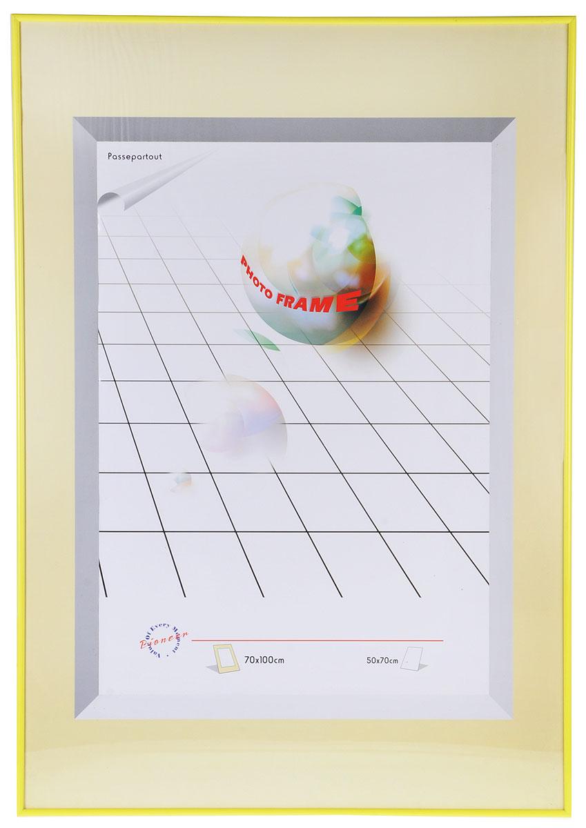 Фоторамка Pioneer Yellow, 70 х 100 см9144 PRФоторамка Pioneer Yellow выполнена в классическом стиле из пластика и стекла, защищающего фотографию. Рамка оснащена двумя петельками для подвешивания на стену в горизонтальном и вертикальном положении. Такая фоторамка поможет вам оригинально и стильно дополнить интерьер помещения, а также позволит сохранить память о дорогих вам людях и интересных событиях вашей жизни.