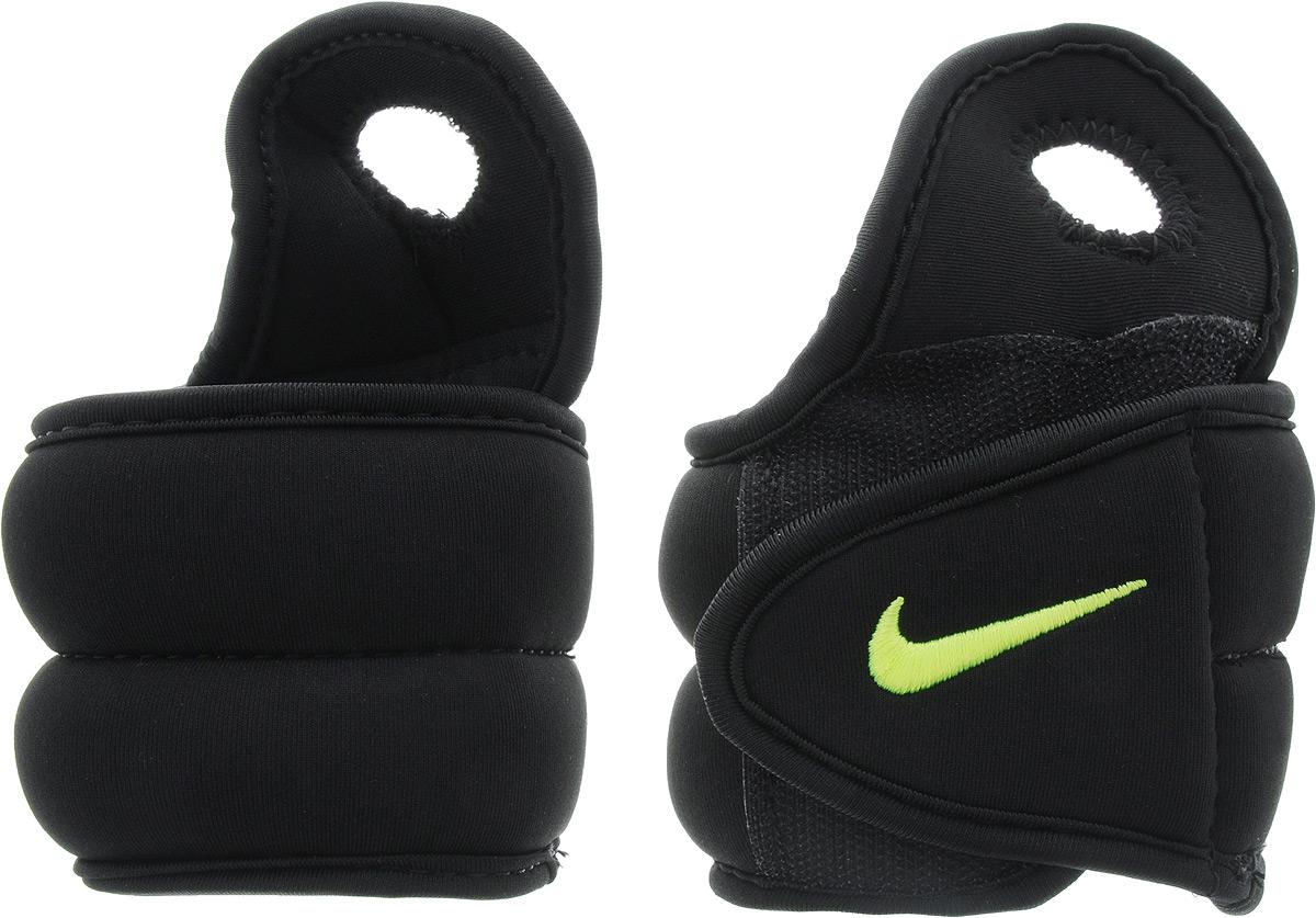 Утяжелители для рук Nike Wrist Weights, цвет: черный, желтый, 1,1 кгN.EX.02.007.OSдля большого пальца. Они изготовлены из полиэстера и наполнены металлической стружкой. Быстросохнущая подкладка Dri-Fit быстро впитывает влагу, что позволяет оставаться коже всегда сухой и не потеть. Идеальны в использовании при занятиях аэробикой, оздоровительной гимнастикой и фитнесом. Мягкий материал надежно облегает, давая вместе с тем ощущение свободы рукам - у вас отпадает необходимость держать гантели или гири для создания усилий во время тренировок. Утяжелители имеют компактный размер и не займут много места при хранении и переноске. Удобный современный дизайн, приятное цветовое оформление и качество самих утяжелителей будут несомненно радовать вас во время тренировок! Вес каждого утяжелителя: 1,1 кг. Длина утяжелителя: 36 см. Ширина утяжелителя (без учета отверстия для пальца): 7,5 см. Толщина утяжелителя: 25 мм.