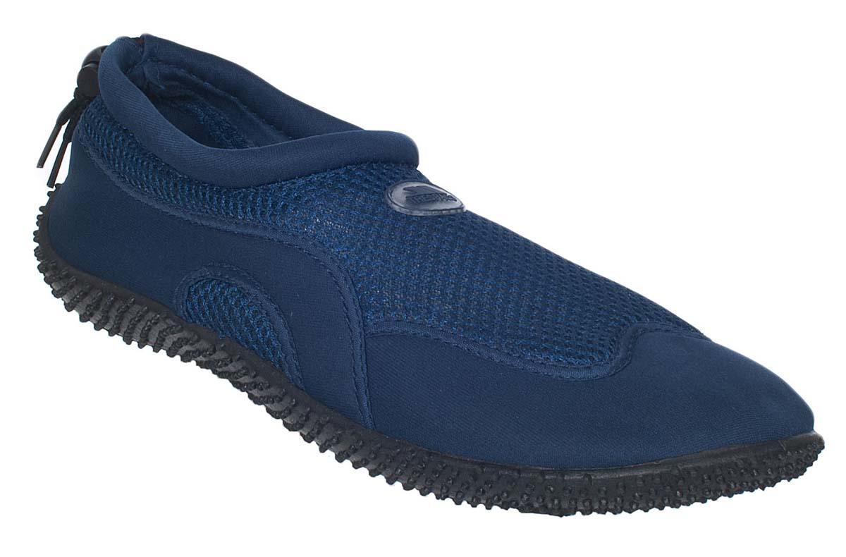 Обувь для кораллов Trespass Paddle, цвет: синий. UAFOBEI10001. Размер 37UAFOBEI10001Обувь для кораллов Trespass Paddle предназначена для пляжного отдыха, плавания в открытой воде, а также для любых видов водного спорта. Модель выполнена из полиуретана и сетчатого материала. Резиновая подошва удобна и защищает ступни ног при хождении по каменистому дну, а также от горячего песка при хождении по пляжу. Аквашузы очень легкие и быстро сохнут. Удобная регулируемая шнуровка плотно удерживает обувь на ноге, предотвращая ее соскальзывание при плавании и занятиях водными видами спорта.