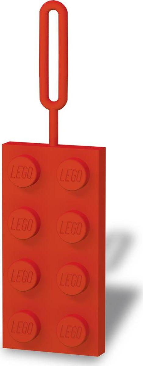 Бирка для багажа LEGO, цвет: красный. 5139351393Силиконовая бирка надежно крепится к багажу с помощью петли. Яркий и неповторимый дизайн сразу же привлечет внимание, и вы легко отыщите свой чемодан на транспортной ленте. Запишите свои контактные данные на обратной стороне бирки и можете не бояться, что ваш чемодан потеряется, ведь теперь работники аэропорта точно будут знать его хозяина.