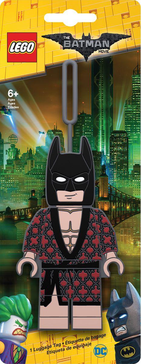 Бирка для багажа LEGO Batman Movie Kimono Batman. 5172851728Силиконовая бирка надежно крепится к багажу с помощью петли. Яркий и неповторимый дизайн сразу же привлечет внимание, и вы легко отыщите свой чемодан на транспортной ленте. Запишите свои контактные данные на обратной стороне бирки и можете не бояться, что ваш чемодан потеряется, ведь теперь работники аэропорта точно будут знать его хозяина.