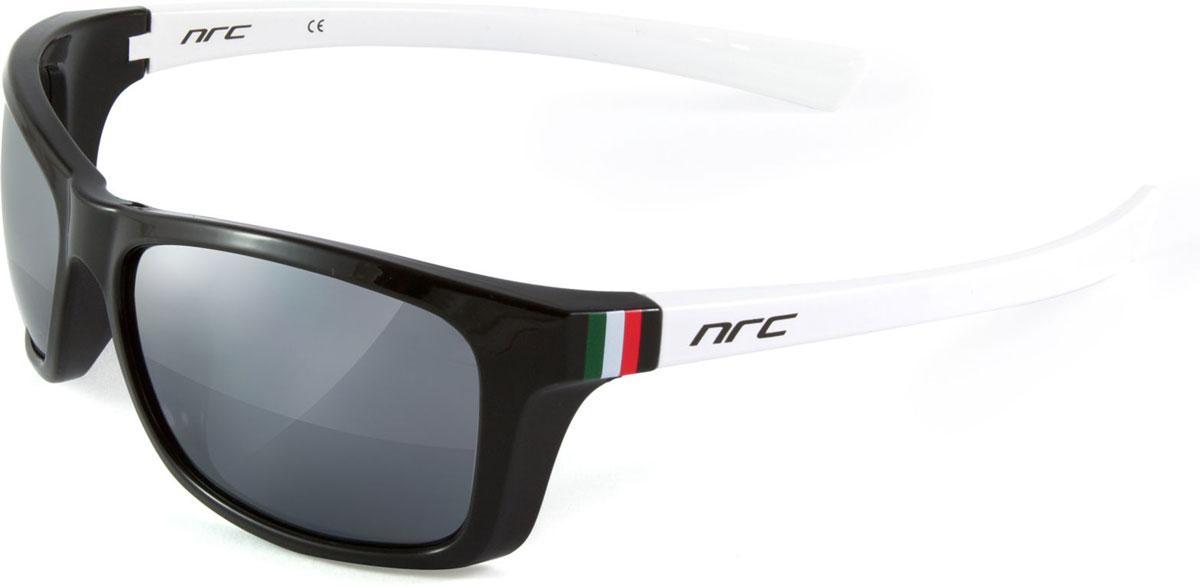 Очки солнцезащитные NRC, цвет: черный. 2100821008Бренд NRC представляет очки, предназначенные как для езды на велосипеде, так и для многих других видов спорта. NRC известен собственными фирменными разработками, адаптирующими очки под разные климатические условия, различное время суток, степень освещенности, а также под индивидуальные потребности каждого конкретного пользователя. Очки блестящие(глянцевые) бело-оранжевые Дымчатые поляризованные линзы Материал оправы –термопластичный эластомер (ТPE) Оправа - небьющаяся, гибкая, мягкая, легкая, удобная и безопасная Материал линзы - поликарбонат (РС) Покрытие –защитное от царапин[NOSCRATCH] Прозрачность -11% Категория фильтра -3 Вес -32,9 г Кривизна (изгиб) -8