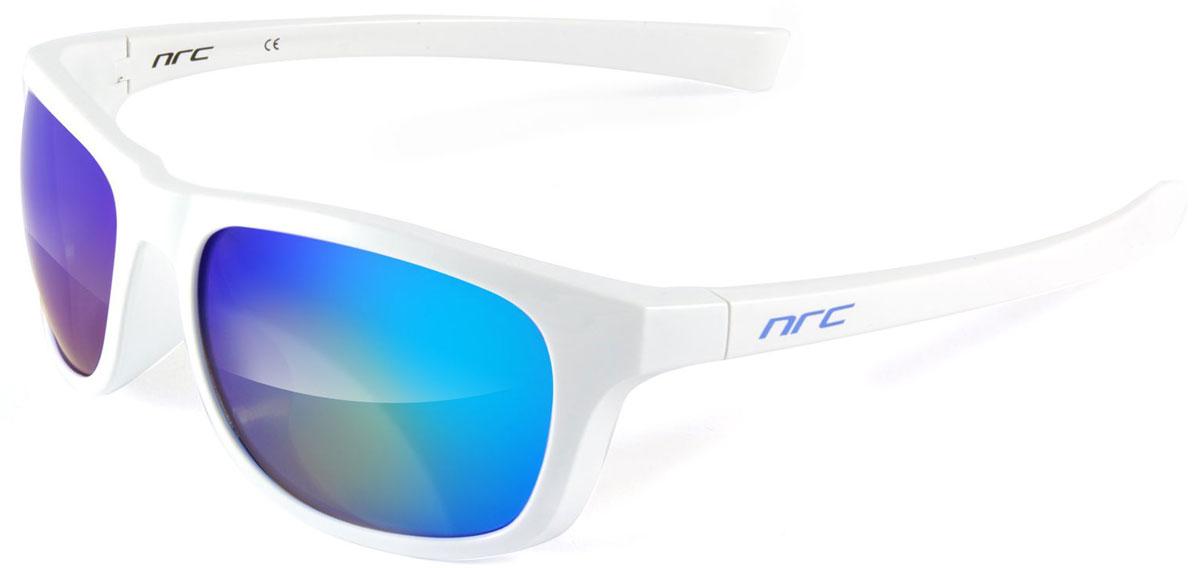 Очки солнцезащитные NRC, цвет: белый. 2100921009Бренд NRC представляет очки, предназначенные как для езды на велосипеде, так и для многих других видов спорта. NRC известен собственными фирменными разработками, адаптирующими очки под разные климатические условия, различное время суток, степень освещенности, а также под индивидуальные потребности каждого конкретного пользователя. Очки блестящие(глянцевые) белые Синие зеркальные линзы Материал оправы –термопластичный эластомер (ТPE) Оправа - небьющаяся, гибкая, мягкая, легкая, удобная и безопасная Материал линзы - поликарбонат (РС) Покрытие –защитное от царапин[NOSCRATCH] Прозрачность -15% Категория фильтра -3 Вес -30,8 г Кривизна (изгиб) -8