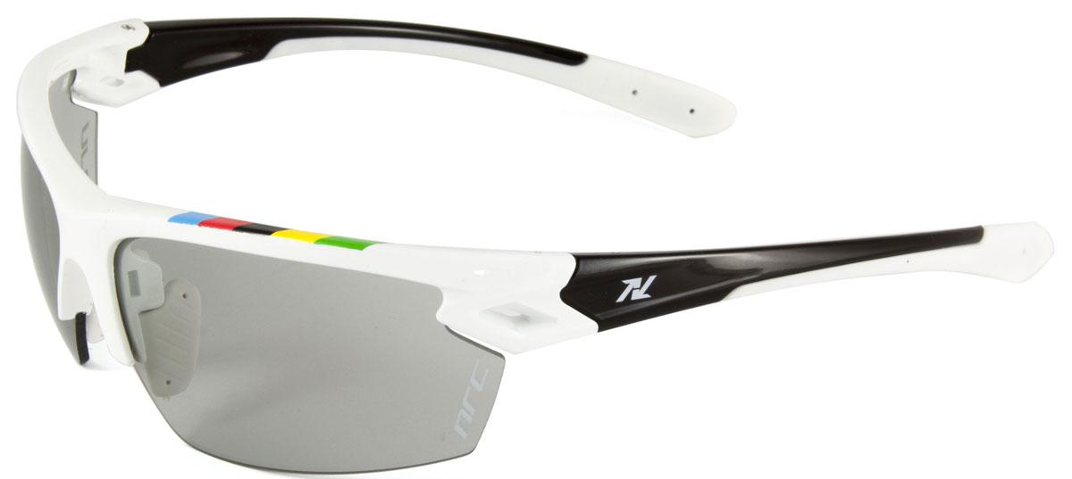 Очки солнцезащитные NRC, цвет: белый. 2101821018Бренд NRC представляет очки, предназначенные как для езды на велосипеде, так и для многих других видов спорта. NRC известен собственными фирменными разработками, адаптирующими очки под разные климатические условия, различное время суток, степень освещенности, а также под индивидуальные потребности каждого конкретного пользователя. Очки блестящие(глянцевые) белые с цветами чемпионата мира Дымчатые фотохромные линзы Материал оправы – нейлон (TR90) Оправа - регулируемые носоупоры, возможность использовать одновременно с обычными (рецептурными) очками Материал линзы - поликарбонат (РС) Покрытие –защитное от царапин, антибликовое, антизапотевающее, зеркальное Прозрачность -15% Категория фильтра -3 Вес -25,5 г Кривизна (изгиб) - 8