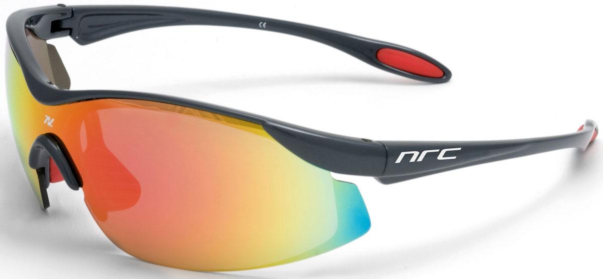 Очки солнцезащитные NRC, цвет: серый. 2102721027Бренд NRC представляет очки, предназначенные как для езды на велосипеде, так и для многих других видов спорта. NRC известен собственными фирменными разработками, адаптирующими очки под разные климатические условия, различное время суток, степень освещенности, а также под индивидуальные потребности каждого конкретного пользователя. Очки цвета титан Разноцветные линзы Материал оправы – Нейлон (TR90) Оправа - небьющаяся, изогнутая, удобная и безопасная Материал линзы - поликарбонат (РС) Особенности линзы - фотохромная Покрытие – защитное от царапин, антизапотевающее, зеркальное Прозрачность -12% Категория фильтра -3 Вес -22,2 г Кривизна (изгиб) -7
