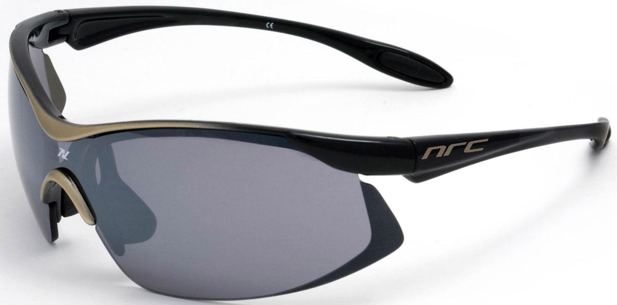 Очки солнцезащитные NRC, цвет: черный. 2102821028Бренд NRC представляет очки, предназначенные как для езды на велосипеде, так и для многих других видов спорта. NRC известен собственными фирменными разработками, адаптирующими очки под разные климатические условия, различное время суток, степень освещенности, а также под индивидуальные потребности каждого конкретного пользователя. Очки глянцевые черно-золотые Дымчатые линзы Материал оправы – Нейлон (TR90) Оправа - небьющаяся, изогнутая, удобная и безопасная Материал линзы - поликарбонат (РС) Особенности линзы - фотохромная Покрытие – защитное от царапин, антизапотевающее, зеркальное Прозрачность -15% Категория фильтра -3 Вес -22,2 г Кривизна (изгиб) -7