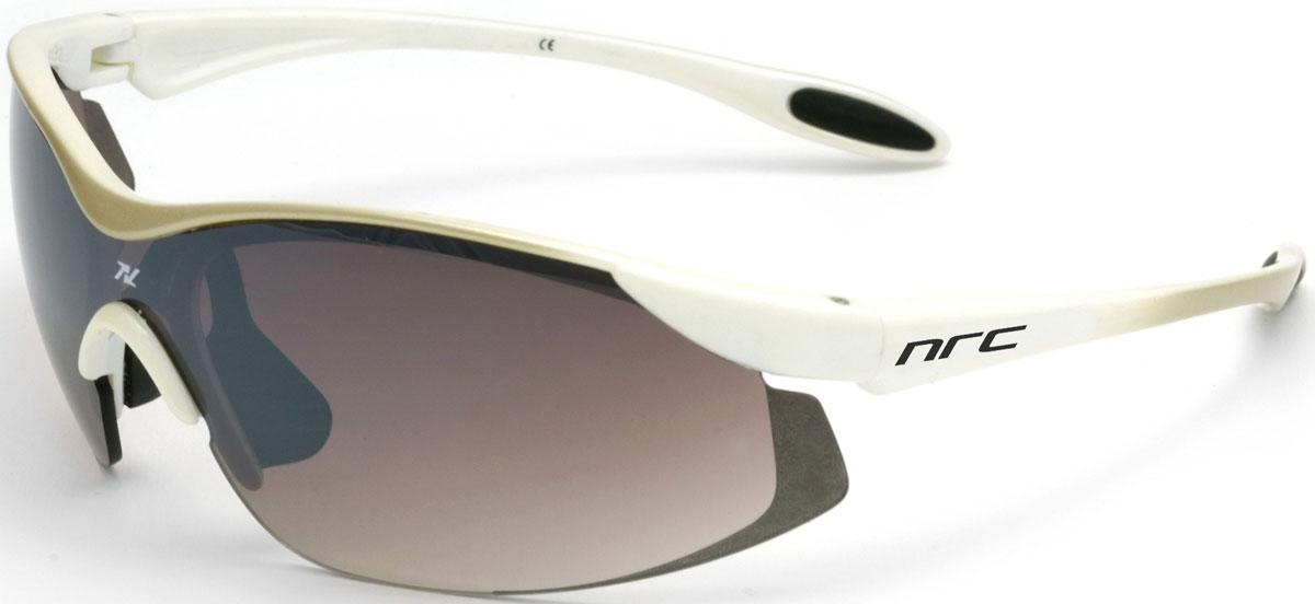 Очки солнцезащитные NRC, цвет: белый. 2102921029Бренд NRC представляет очки, предназначенные как для езды на велосипеде, так и для многих других видов спорта. NRC известен собственными фирменными разработками, адаптирующими очки под разные климатические условия, различное время суток, степень освещенности, а также под индивидуальные потребности каждого конкретного пользователя. Очки бело-золотые Градиентные коричневые линзы Материал оправы – Нейлон (TR90) Оправа - небьющаяся, изогнутая, удобная и безопасная Материал линзы - поликарбонат (РС) Особенности линзы - фотохромная Покрытие – защитное от царапин, антизапотевающее, зеркальное Прозрачность -20% Категория фильтра -3 Вес -22,2 г Кривизна (изгиб) -7