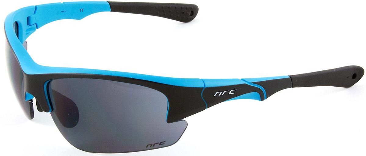 Очки солнцезащитные NRC, цвет: черный. 2103421034Бренд NRC представляет очки, предназначенные как для езды на велосипеде, так и для многих других видов спорта. NRC известен собственными фирменными разработками, адаптирующими очки под разные климатические условия, различное время суток, степень освещенности, а также под индивидуальные потребности каждого конкретного пользователя. Очки матовые черные с флуорисцентно-голубым Дымчатые линзы Материал оправы – Нейлон (TR90) Оправа - регулируемые носоупоры и дужки Материал линзы - поликарбонат (РС) Особенности линзы - фотохромные Покрытие – защитное от царапин, зеркальное Прозрачность -15% Категория фильтра -3 Вес -32,3 г Кривизна (изгиб) -8