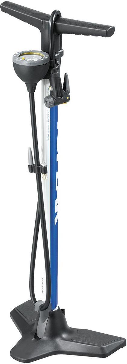 Насос напольный TOPEAK JoeBlow Race Floor Pump, 200 PSI/14 BAR, цвет: синийTJB-RC1BUJoe Blow Race – функциональный напольный насос для любых типов велосипедов, в том числе горных и трекковых. Имеет стальной корпус, трехножное устойчивое основание и эргономичные рукоятки для большего удобства использования. Специально разработанная головка SmartHead автоматически переключается в рамках двух режимов, которые соответствуют клапанам Presta и Schrader. На головке имеется кнопка выпуска воздуха, позволяющая осуществлять высокоточную настройку уровня давления в шинах. Удлиненный до 120 см шланг поможет накачать колеса в том случае, если нет возможности установить насос рядом с велосипедом, к примеру, во время ремонта. Аналоговый манометр показывает уровень давления в единицах BARи PSI. Насос JoeBlowRace комплектуется иглами для мячей с собственным креплением на корпусе и дополнительным адаптером для клапана Dunlop. Максимальное давление — 200 psi / 14 bar. Вес насоса – 1400 г.