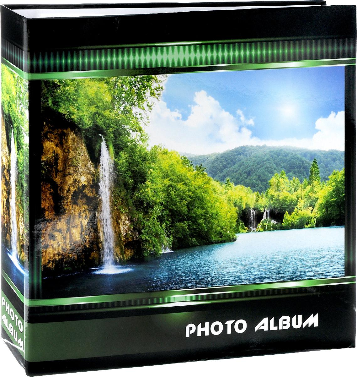 Фотоальбом Pioneer Waterfalls, 500 фотографий, цвет: зеленый, 10 x 15 см47512 AV46500 3-OФотоальбом Pioneer Waterfalls позволит вам запечатлеть незабываемые моменты вашей жизни, сохранить свои истории и воспоминания на его страницах. Обложка из ламинированного картона оформлена принтом в виде водопада. Фотоальбом рассчитан на 500 фотографии форматом 10 x 15 см. Фотографии фиксируется внутри с помощью кармашек. Такой необычный фотоальбом позволит легко заполнить страницы вашей истории, и с годами ничего не забудется. На странице размещаются 5 фотографий: 3 горизонтально и 2 вертикально. Количество страниц: 100. Материал обложки: Ламинированный картон. Переплет: на кольцах. Материалы, использованные в изготовлении альбома, обеспечивают высокое качество хранения ваших фотографий, поэтому фотографии не желтеют со временем.