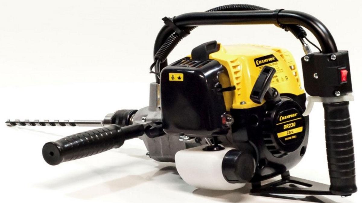 Мотодрель Champion DR230DR230Мотодрель Champion DR230 предназначена для сверления отверстий диаметром до 13 мм. Оборудована бензиновым двигателем мощностью 600 Вт. Система охлаждения продлевает срок службы инструмента. Патрон позволяет менять сверла диаметром 1.5-13 мм. Особенности: Одноцилиндровый 2-х тактный двигатель с воздушным охлаждением Рукоятка с элементами управления - удобное управление мотодрелью Наличие функции реверса - для легкого извлечения сверла из отверстия Направляющая рукоятка помогает крепко удерживать мотодрель