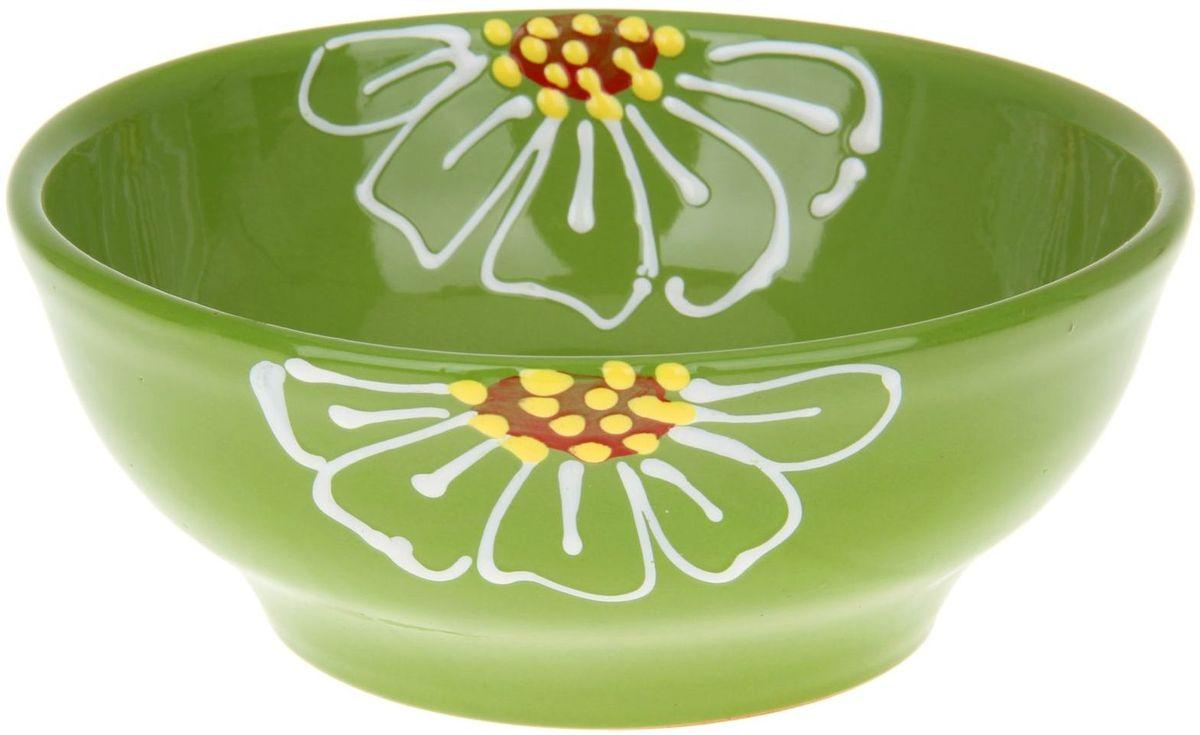 Миска Псковский гончар, цвет: зеленый, 800 мл1228221Из красивой посуды любое блюдо кажется вкусней! Специальная миска превратит каждый прием пищи в праздник! Вы можете налить в неё любой суп, использовать под вторые блюда. Из неё приятно кушать окрошку. Но это еще не всё! Материал: Специальный материал - красная глина - позволит ставить миску в духовку, на аэрогриль и в СВЧ-печь. Специальный обжиг повышает прочность и долговечность изделия. Безопасная глазурь облегчит процесс мытья. Любой продукт, приготовленный в ней, приобретает «эффект русской печи» - особый вкус и аромат, с сохранением полезных витаминов и минералов. Блюда надолго сохранят свою температуру благодаря пористой структуре изделия. Дизайн: Лаконичная форма и яркая расцветка будут поднимать настроение и аппетит, притягивать взгляды и вызывать желание попробовать содержимое миски от «Псковского гончара»! Устойчивое донышко предотвращает возможность опрокидывания. Выбирайте качественные вещи, которые будут радовать вас долгие годы и создадут на вашем столе...