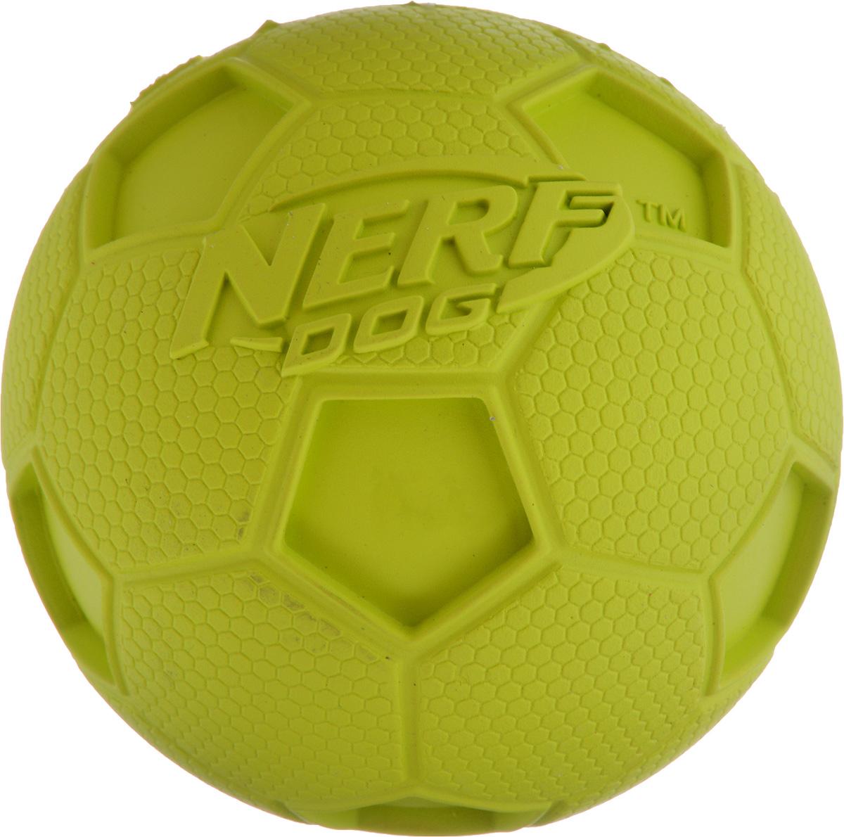 Игрушка для собак Nerf Мяч футбольный, с пищалкой, диаметр 8 см22194_салатовыйИгрушка для собак Nerf Мяч футбольный выполнена из резины в форме футбольного мяча. Игрушка оснащена пищалкой, что вызовет дополнительный интерес вашего питомца. Такая игрушка порадует вашего любимца, а вам доставит массу приятных эмоций, ведь наблюдать за игрой всегда интересно и приятно. Диаметр игрушки: 8 см.