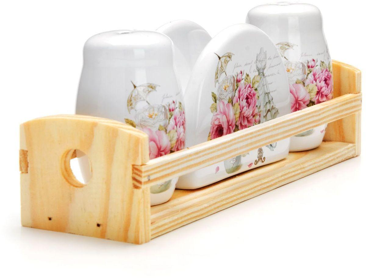 Набор для специй Loraine Пионы, 4 предмета. 2633426334Набор для специй Loraine состоит из солонки, перечницы, салфетницы и деревянной подставки. Предметы набора выполнены из прочной доломитовой БИО и ЭКО керамики. Отверстия, в которые засыпаются специи, закрыты силиконовыми пробками. Благодаря своим небольшим размерам набор не займет много места на Вашей кухне. Дизайн, эстетичность и функциональность набора позволят ему стать достойным дополнением к кухонному инвентарю и украсить сервировку Вашего стола.