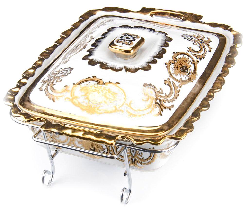 Мармит Loraine, керамика, 2,5 л, 3 предмета, со свечкой. 2654126541Мармит Loraine выполнен из керамики белого цвета, украшенной рисунком. Керамическая чаша с удобными ручками располагается на стальной подставке с двумя подсвечниками для чайных свечей (входят в комплект). Свечи, устанавливающиеся на подставке, нагревают чашу снизу, таким образом поддерживая нужную температуру приготовленного блюда. Керамическая крышка с удобной ручкой плотно прикрывает чашу сверху, в свою очередь также не давая остыть блюду. Благодаря своему элегантному дизайну, мармит с приготовленным блюдом можно сразу подавать на стол, не перекладывая еду на сервировочные тарелки. Изящный, с современным дизайном, мармит украсит любой праздничный стол, а блюда в нем будут всегда теплыми и ароматными. Керамическая чаша (без подставки) подходит для использования в духовом шкафу и микроволновой печи. Подходит для мытья в посудомоечной машине. Подходит для хранения в холодильнике.