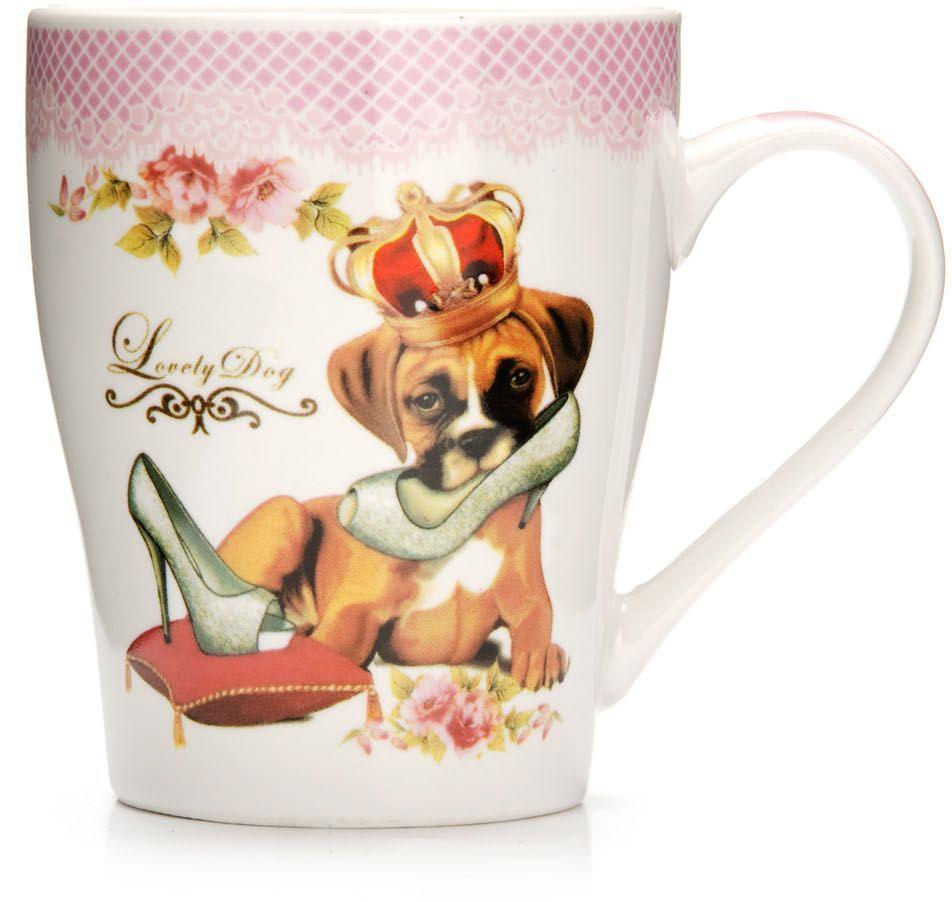 Кружка Loraine Собака, 340 мл, подарочная упаковка. 2656826568Кружка Loraine, выполненная из костяного фарфора и украшенная ярким рисунком, станет красивым и полезным подарком для ваших родных и близких. Дизайн изделия придется по вкусу и ценителям классики, и тем, кто предпочитает утонченность и изысканность. Кружка Loraine настроит на позитивный лад и подарит хорошее настроение с самого утра. Изделие пригодно для использования в микроволновой печи и холодильника. Подходит для мытья в посудомоечной машине.