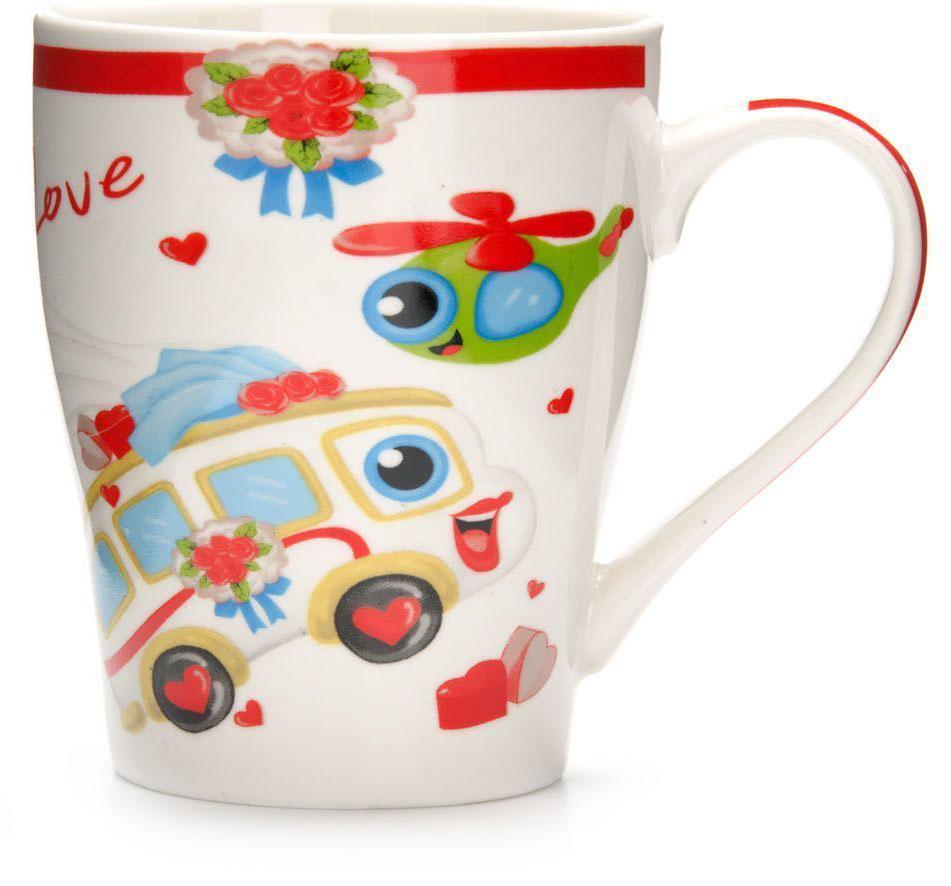 Кружка Loraine Автомобиль, 340 мл, подарочная упаковка. 26583-126583-1Кружка Loraine, выполненная из костяного фарфора и украшенная ярким рисунком, станет красивым и полезным подарком для ваших родных и близких. Дизайн изделия придется по вкусу и ценителям классики, и тем, кто предпочитает утонченность и изысканность. Кружка Loraine настроит на позитивный лад и подарит хорошее настроение с самого утра. Изделие пригодно для использования в микроволновой печи и холодильника. Подходит для мытья в посудомоечной машине.