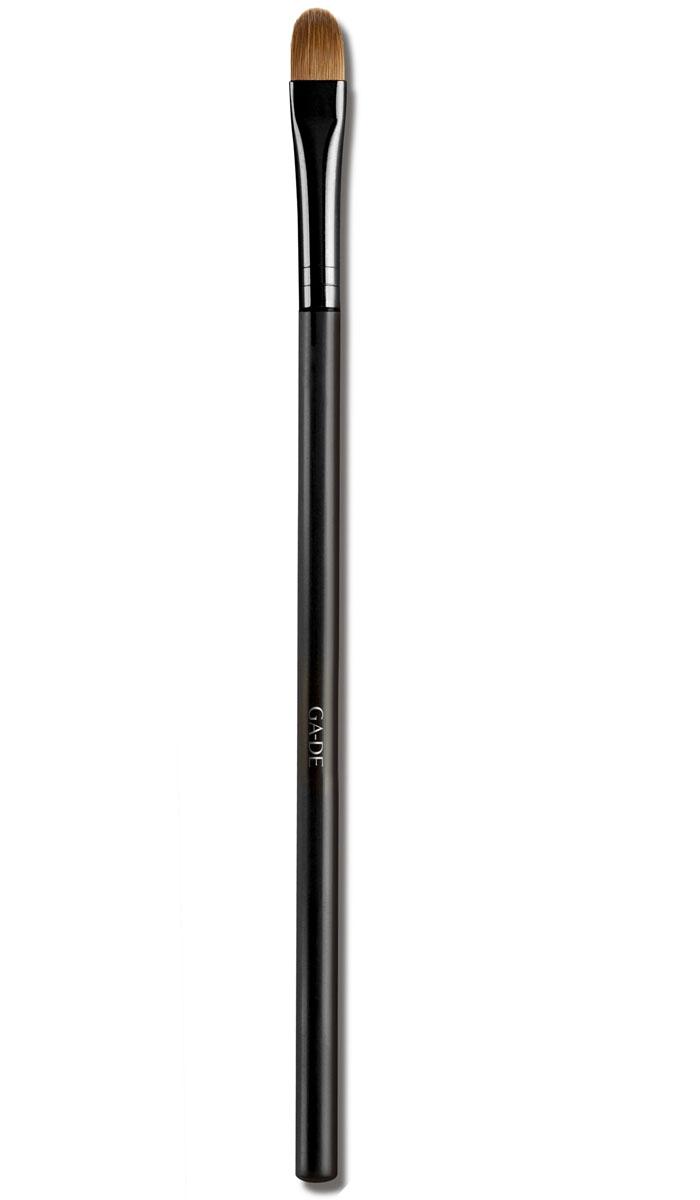 GA-DE Кисть для век № 3109400000Удобно наносить тени, создавая цветовые переходы, работать с сатиновыми тенями, блесками, пигментами, глиттерами, за счет плоской формы рабочей части и широкой нижней части.