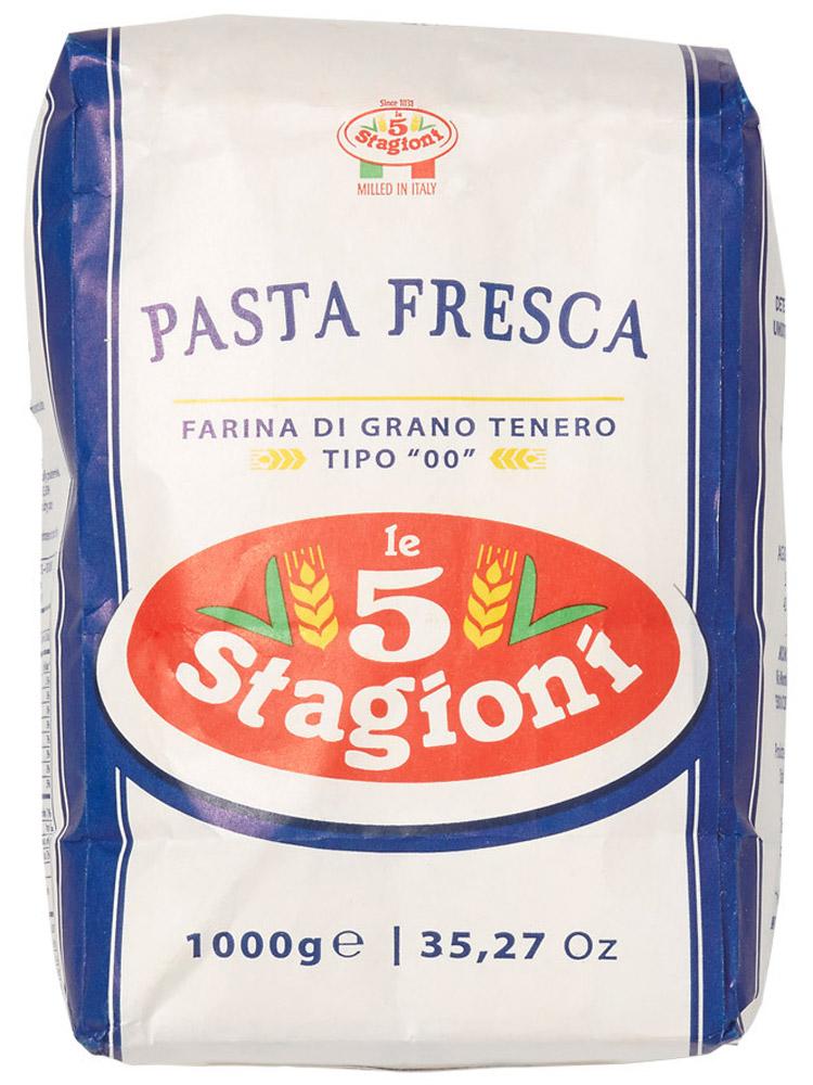 5 Stagioni Мука для свежей пасты из мягких сортов пшеницы, 1 кг8021274001007Мука из мягких сортов пшеницы, полученная особым способом помола зерна. Предназначена для приготовления различных видов свежей пасты и листов для лазаньи. Тесто из этой муки легко раскатывается, получается эластичным и шероховатым, готовое изделие быстро сохнет. Благодаря шероховатой поверхности готовая паста хорошо задерживает соус, что высоко ценится гурманами. Цвет готовой пасты: светлый, благодаря свойствам муки. Зольность: 00.