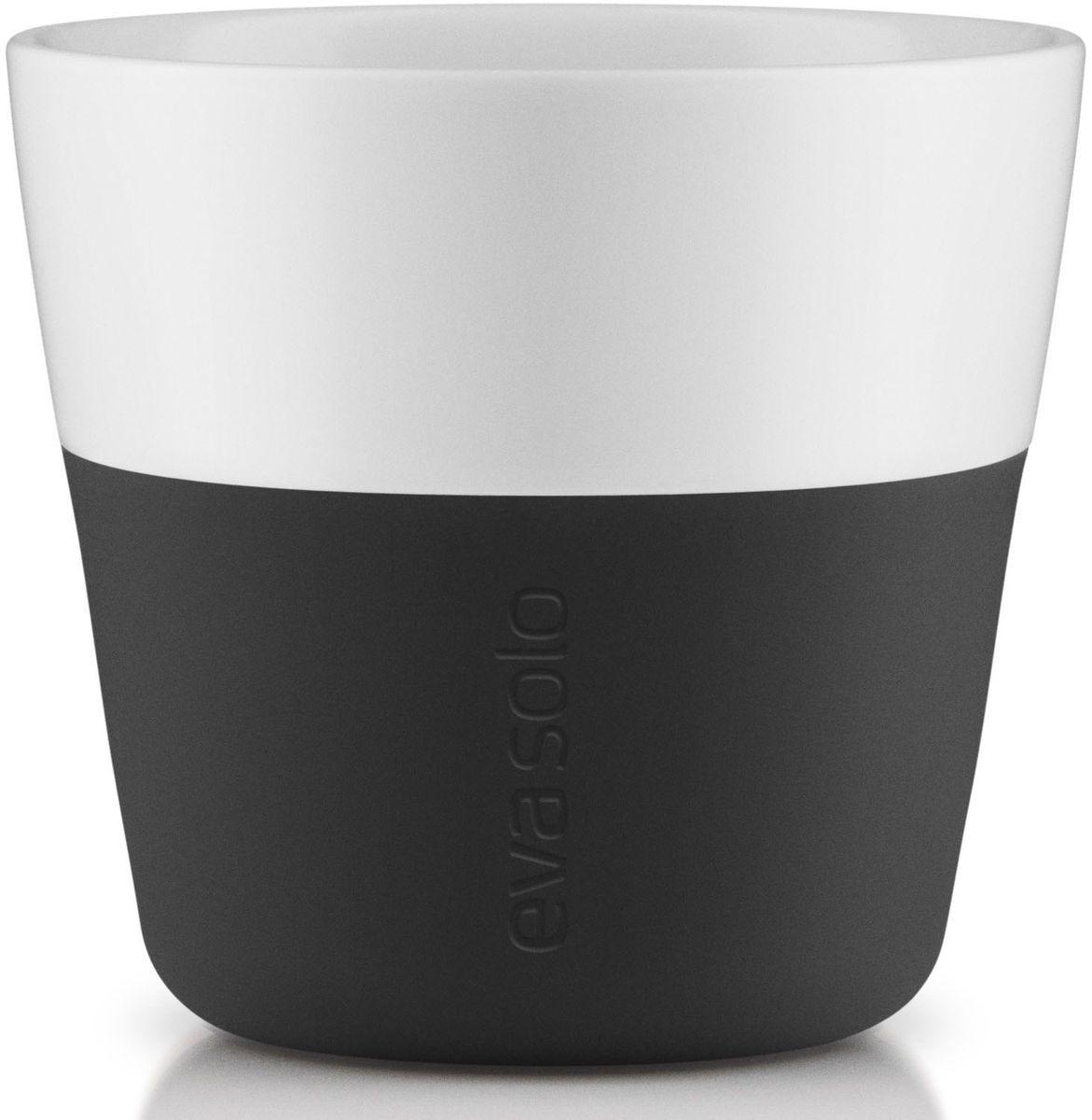 Чашки для лунго Eva Solo, 230 мл, 2 шт., цвет: черный501002Чашка для кофе лунго от Eva Solo рассчитана на 230 мл - оптимальный объем, а также стандарт для этого типа напитка у большинства кофе-машин. Чашка сделана из фарфора и имеет специальный силиконовый чехол, чтобы ее можно было держать в руках, не рискуя обжечь пальцы. Чехол легко снимается, и чашку можно мыть в посудомоечной машине. Умные и красивые предметы посуды от Eva Solo будут украшением любой кухни!