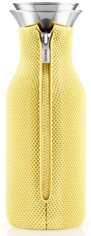 Графин Eva Solo Fridge, в неопреновом чехле 3D, 1 л, цвет: желтый. 567970567970Подходит для воды, сока или чая, который можно заваривать прямо в графине. Идеален для лимонадов или травяных чаев. Нейлоновый чехол обеспечивает термоизоляцию и сохранит напиток горячим или холодным по желанию. Удобно хранить на полочке в дверце холодильника, размер подходит для большинства моделей. Главная особенность графина — инновационная технология Drip-free (ни капли мимо). Двойное горлышко позволяет гарантировать, что ни одна капля напитка не прольется мимо. Металличсекая крышка графина имеет силиконовую фильтр, который не даст кусочкам лимона или мяты попасть в стакан, а также она сама отодвигается, когда вы наклоняете бутылку. Материалы: боросиликатное стекло, нержавеющая сталь, нейлон, полиэстер. Стеклянные и металлические части можно мыть в посудомоечной машине. Чехол - при деликатной стирке в стиральной машине.