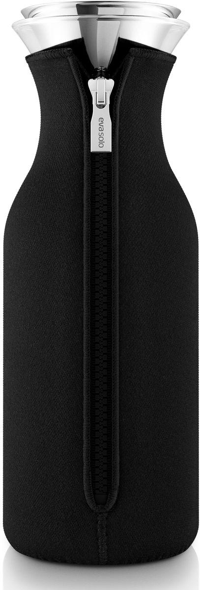 Графин Eva Solo Fridge, в неопреновом чехле, 1 л, цвет: черный. 567972567972Стильный лаконичный графин в текстильном чехле будет интересным дополнением любого кухонного интерьера. Модель имеет простую классическую форму колбы, большой объем (1 л), устойчивое дно и широкое горлышко drip-free, которое не позволяет напитку разбрызгиваться при наливании. Колба выполнена из боросиликатного стекла, устойчива к механическим повреждениям, высоким и низким температурам. Защитная герметичная крышка выполнена из нержавеющей стали и каучука. Черный неопреновый чехол на молнии выполняет не только декоративную функцию, но также сохраняет напитки теплыми. Колба подходит для мытья в посудомоечной машине, чехол стирается отдельно вручную.