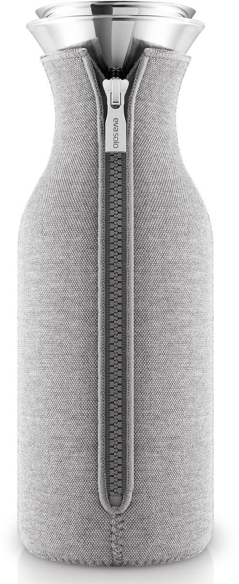 Графин Eva Solo Fridge, в неопреновом чехле, 1 л, цвет: светло-серый. 567974567974Стильный лаконичный графин в текстильном чехле будет интересным дополнением любого кухонного интерьера. Модель имеет простую классическую форму колбы, большой объем (1 л), устойчивое дно и широкое горлышко drip-free, которое не позволяет напитку разбрызгиваться при наливании. Колба выполнена из боросиликатного стекла, устойчива к механическим повреждениям, высоким и низким температурам. Защитная герметичная крышка выполнена из нержавеющей стали и каучука. Светло-серый неопреновый чехол на молнии выполняет не только декоративную функцию, но также сохраняет напитки теплыми. Колба подходит для мытья в посудомоечной машине, чехол стирается отдельно вручную.