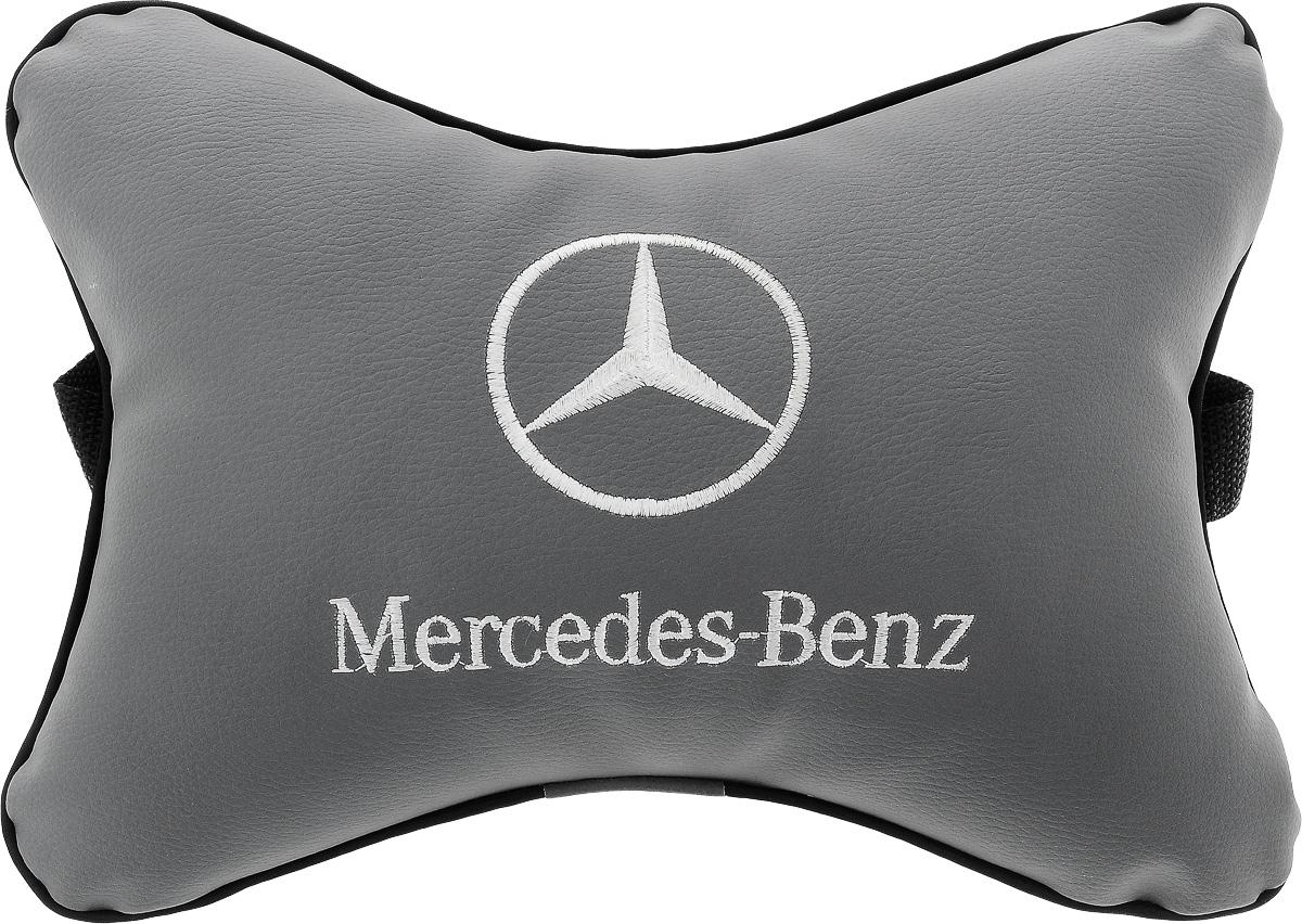 Подушка автомобильная Autoparts Mercedes, на подголовник, цвет: серый, белый, 30 х 20 смМ16_серый, белыйАвтомобильная подушка Autoparts Mercedes, выполненная из эко-кожи с мягким наполнителем из холлофайбера, снимает усталость с шейных мышц, обеспечивает правильное положение головы и амортизирует нагрузки на шейные позвонки при резком маневрировании. Ее можно зафиксировать на подголовнике с помощью регулируемого по длине ремня. На изделии имеется молния, с помощью которой вы с легкостью сможете поменять наполнитель. Если ваши пассажиры захотят вздремнуть, то подушка под голову окажется очень кстати и поможет расслабиться.