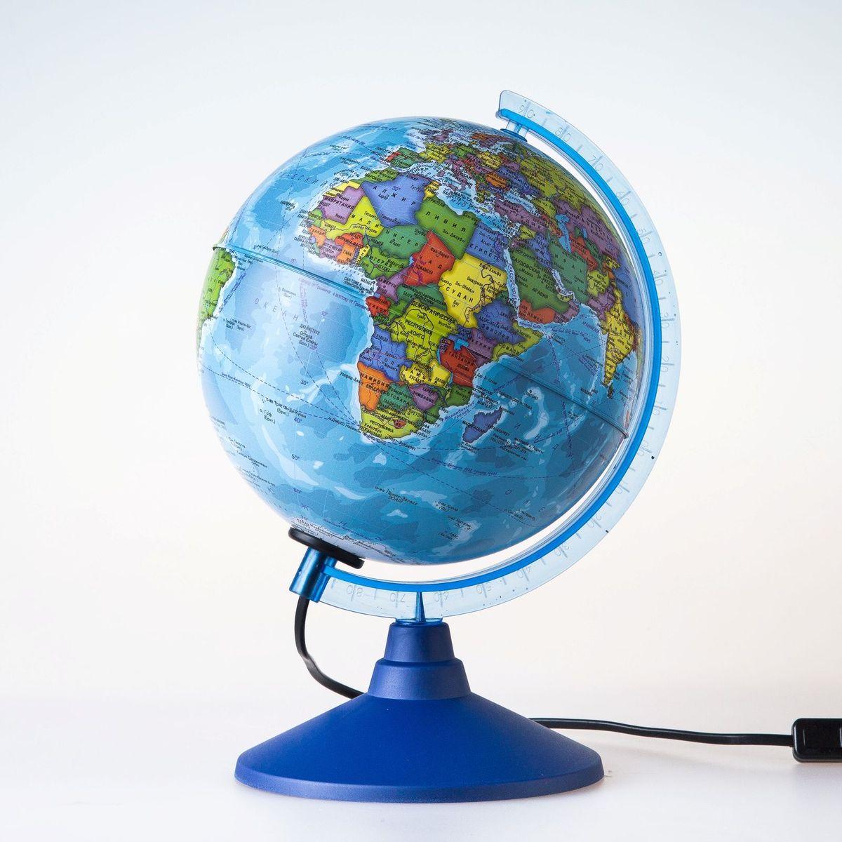 Глобен Глобус политический Классик Евро с подсветкой диаметр 15 см1072899Глобус для всех, глобус каждому! Глобус — самый простой способ привить ребенку любовь к географии. Он является отличным наглядным примером, который способен в игровой доступной и понятной форме объяснить понятия о планете Земля. Также интерес к глобусам проявляют не только детки, но и взрослые. Для многих уменьшенная копия планеты заменяет атлас мира из-за своей доступности и универсальности. Умный подарок! Кому принято дарить глобусы? Всем! Глобус политический диаметр 150мм Классик Евро с подсветкой — это уменьшенная копия земного шара, в которой каждый найдет для себя что-то свое. путешественники и заядлые туристы смогут отмечать с помощью стикеров те места, в которых побывали или собираются их посетить деловые и успешные люди оценят такой подарок по достоинству, потому что глобус ассоциируется со статусом и властью преподаватели, ученые, студенты или просто неординарные личности также найдут для глобуса достойное место в своем доме. Итак,...