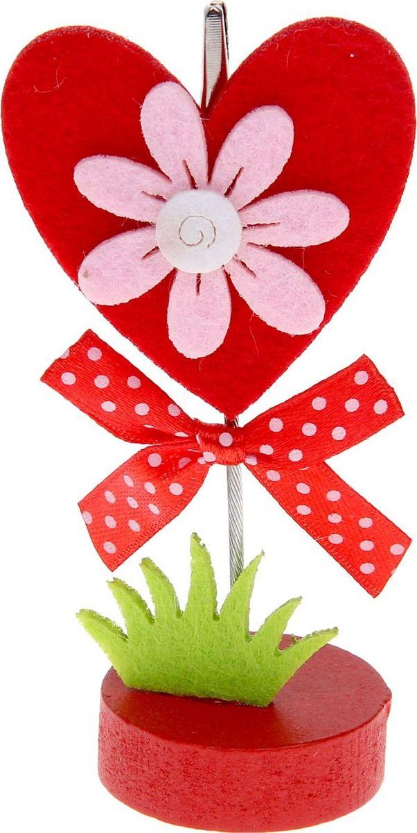 Визитница-прищепка Сердце с цветочком1215380Полезный аксессуар, который украсит интерьер и внесет в него частичку уюта, доброты, тепла. С обратной стороны находится прищепка, благодаря которой можно закрепить памятную фотографию или открытку с приятным пожеланием. станет оригинальным презентом или украшением праздничного стола.