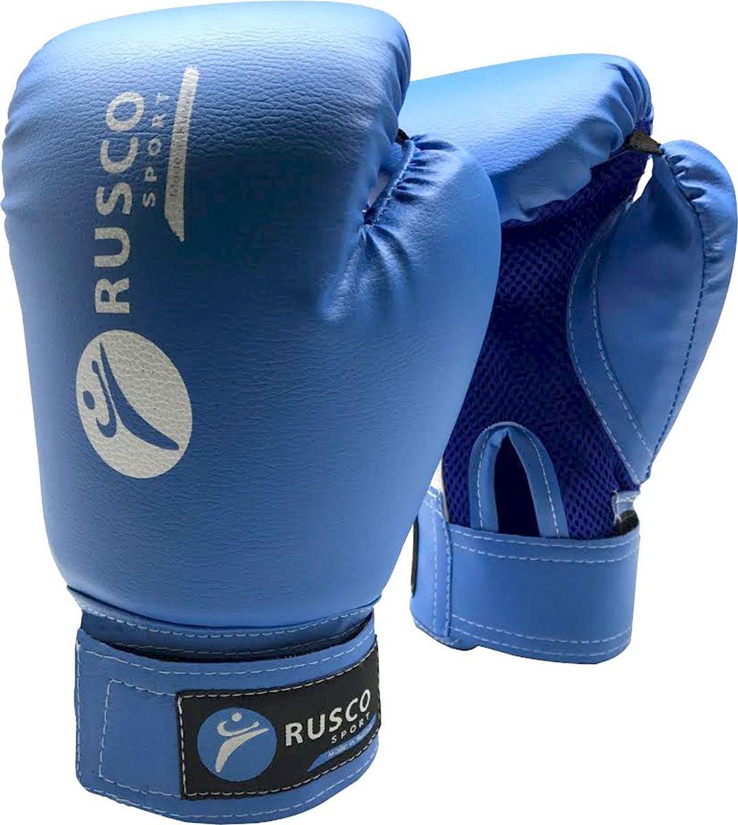 Перчатки боксерские Rusco, цвет: синий, 8 ozУТ-00009848Перчатки боксерские, 8 oz, к/з - это боксерские перчатки синего цвета, которые широко используются начинающими спортсменами и юниорами на тренировках. Перчатки имеют мягкую набивку, специально разработанная удобная форма позволяет избежать травм во время тренировок и профессионально подготовиться к бою. Превосходно облегают кисть, следуя всем анатомическим изгибам ладони и запястья.