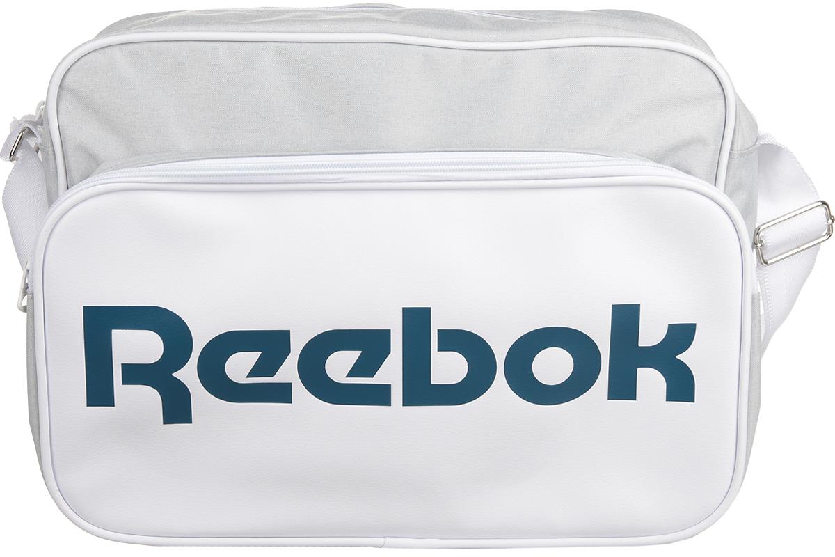 Сумка спортивная Reebok Cl Royal Shoulder, цвет: белый. AX9946AX9946Сумка Reebok из прочных материалов, классический дизайн и объемный логотип Reebok. Благодаря классическому дизайну она вместит в себя все необходимое. Двойная ручка для удобного ношения в руке. Тканый принт в виде флага и логотип Reebok эффектно дополнят твой образ.
