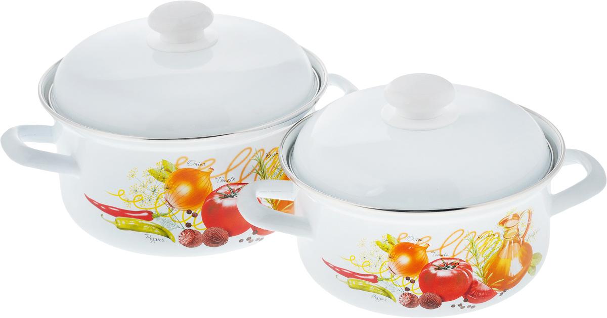 Набор посуды Лысьвенские эмали Итальянская кухня, 4 предметаС-166АП2/4Набор посуды Лысьвенские эмали Итальянская кухня состоит из двух кастрюль с крышками. Изделия выполнены из высококачественной стали с эмалированным покрытием. Эмаль защищает сталь от коррозии, придает посуде гладкую поверхность и надежно защищает от кислот и щелочей. Эмаль устойчива к пищевым кислотам, не вступает во взаимодействие с продуктами и не искажает их вкусовые качества. Внутренняя поверхность идеально ровная, что значительно облегчает мытье. Стальная основа практически не подвержена механической деформации, благодаря чему срок эксплуатации увеличивается. Кастрюли оснащены крышками с пластиковыми ручками. Крышки плотно прилегают к краям кастрюль, сохраняя аромат блюд. Внешняя поверхность изделий оформлена красочным изображением овощей. Посуда подходит для газовых, электрических, стеклокерамических и индукционных плит, можно ставить в духовку (без крышки). Высота стенок кастрюль: 10 см, 11 см. Диаметр кастрюль (по...
