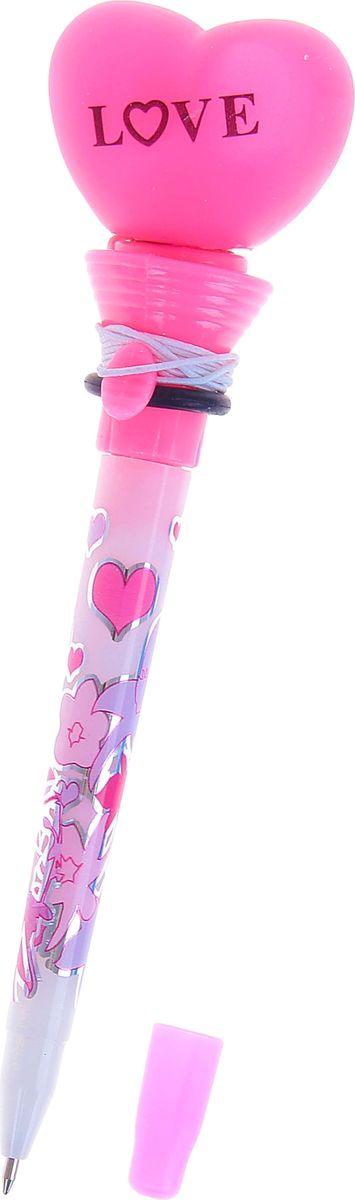 Ручка-стрелялка шариковая Сердце синяя1019803Ручка-стрелялка Сердце приведет в восторг окружающих! Шариковая ручка в необычном воплощении способна творить настоящие чудеса! Ведь этот практичный яркий, всегда нужный предмет, которым мы пользуемся каждый день, умеет не только писать, но и поднимать настроение всем вокруг. Красочный дизайн будет дарить улыбки и море позитива — ее не захочется выпускать из рук. А если нажать специальную кнопку, фигуристый наконечник выпрыгнет! Но можно не переживать: далеко он не улетит, так как закреплен на резинке. Такая ручка точно придется по вкусу маленьким деткам: браться за уроки они будут с большим энтузиазмом. А для взрослых будет оригинальным украшением рабочего стола и приятным напоминанием о человеке, который преподнес такой презент!