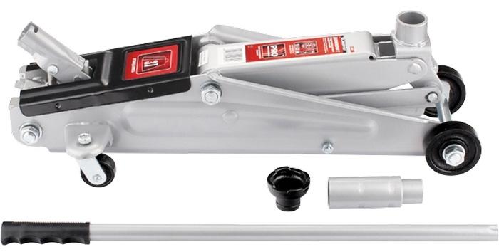 Домкрат гидравлический подкатный Matrix, 3 т, высота подъема 150–530 мм51040Гидравлический подкатный домкрат MATRIX MASTER с клапаном безопасности предназначен для подъема груза массой до 3 тонн. Домкрат является незаменимым инструментом в автосервисе, часто используется при проведении ремонтно-строительных работ. Минимальная высота подхвата домкрата MATRIX MASTER составляет 15 см. Максимальная высота, на которую домкрат может поднять груз, составляет 53 см. Этой высоты достаточно для установки жесткой опоры под поднятый груз и проведения ремонтных работ. Данная модель домкрата рекомендована для владельцев кроссоверов. Клапан безопасности предотвращает подъем груза, масса которого превышает массу заявленную производителем. ВНИМАНИЕ! Домкрат не предназначен для длительного поддерживания груза на весу либо для его перемещения. Перед подъемом убедитесь, что груз распределен равномерно по центру опорной поверхности домкрата. Масса поднимаемого груза не должна превышать массу, указанную производителем. Домкрат во время работы должен быть установлен на...