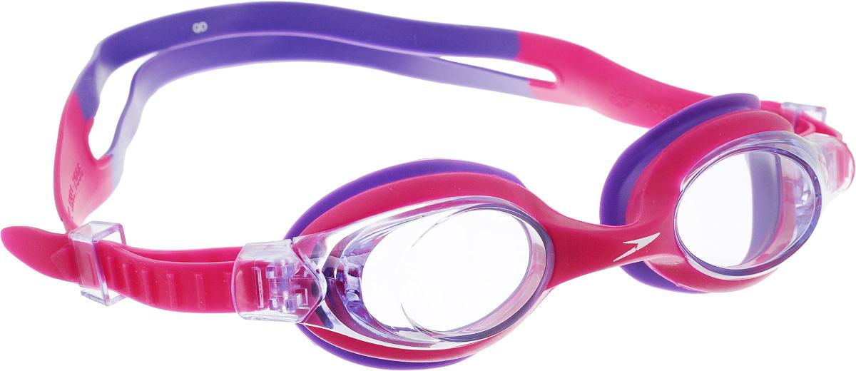 Очки для плавания Speedo Skoogle, детские, цвет: розовый7359183Детские очки для занятий в бассейне и на открытой воде. В очках есть боковая клипса для быстрой и легкой подстройки. Защищают детские глаза от ультрафиолетовых лучей. AntiFog обеспечивает отличную видимость. Предусмотрен двойной гипоаллергенный силиконовый ремешок и уплотнитель. Голубые линзы снижают яркость бликов в воде и обеспечивают отличную видимость.