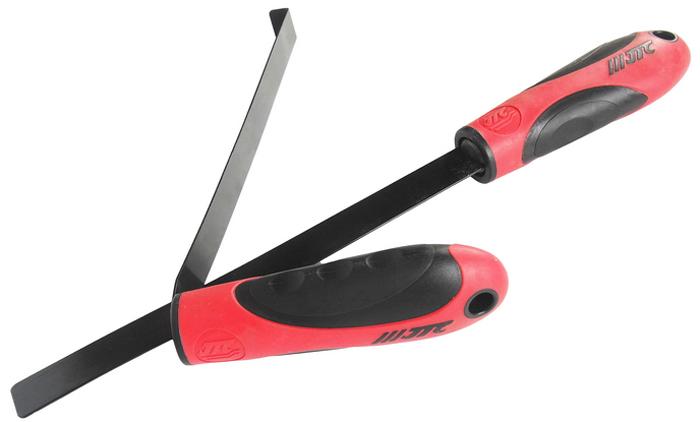 JTC Съемник стекла фары. JTC-5002JTC-5002В комплект входит 2 инструмента: Прямое приспособление состоит из двух рабочих частей (пластикового и металлического ножа). Предназначено для отделения стекла от герметика (образования зазора). Приспособление в форме крюка используется для отделения стекла от блока фары. Применение данного инструмента позволяет отделить стекло от блока фары без повреждений. Габаритные размеры: 380/178/45 мм. (Д/Ш/В) Вес: 3400 гр.