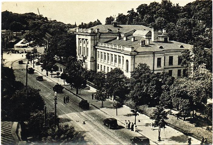 Центр оккупированного Киева, 1942 год. ФотографияПКПМВСЦентр оккупированного Киева, 1942 год. Фотография, Германия. Размер 12,2 х 8,2 см. Сохранность очень хорошая. На оборотной стороне - владельческая подпись от руки.
