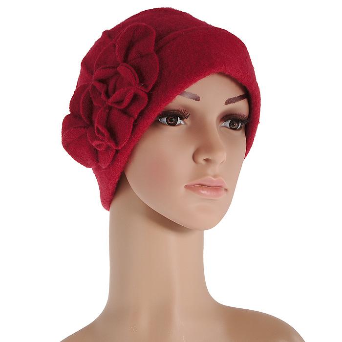 Шапка женская. 98034069803406Женская шапка Venera выполнена из натуральной шерсти. Шапка максимально сохраняет тепло, гигроскопична, мягкая и идеально прилегает к голове. Шерсть хорошо тянется и устойчива к сминанию. Очаровательная шапка оформлена ассиметричным отворотом, а сбоку декорирована оригинальной аппликацией в виде объемных цветков.