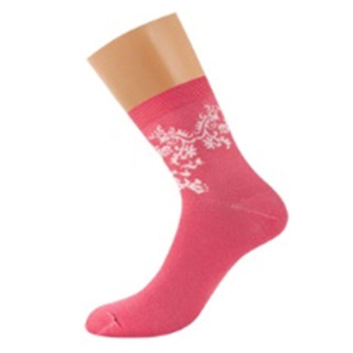 D28Женские носки Griff Орнамент изготовлены из высококачественного сырья. Носки очень мягкие на ощупь, а широкая резинка плотно облегает ногу, не сдавливая ее, благодаря чему вам будет комфортно и удобно. Усиленная пятка и мысок обеспечивают надежность и долговечность. Носки на паголенке оформлены цветочным орнаментом.