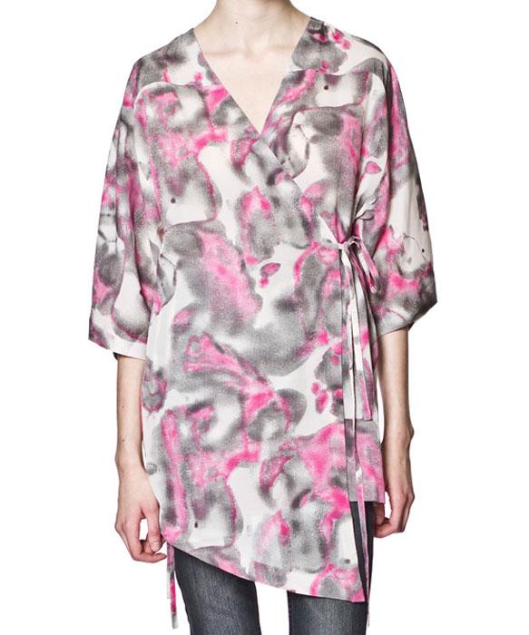 Блуза. 145127145127Стильная полупрозрачная блуза Cheap Monday с запахом на завязках выполнена из полиэстера. Свободный крой и широкие рукава реглан не будут стеснять движений. Оригинальный дизайн этой блузы не позволит вам остаться незамеченной!