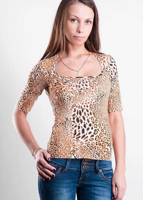 ФутболкаМаргиОригинальная женская футболка Золотая Грация Марги элегантного облегающего кроя с красивым декольте. Оформлена футболка оригинаьной набивкой - гепард. Шелковистое, очень нежное полотно нового поколения с эффектом персиковой кожи.